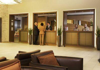 rezeption-01-h4-hotel-berlin-alexanderplatz-2148×1209-793×446